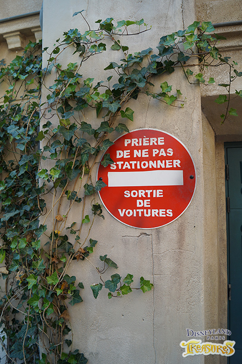 To make this a real Parisian quarter there are street signs everywhere