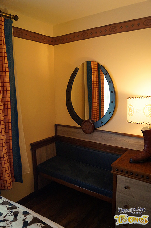 Hotel Cheyenne - Settee and Mirror